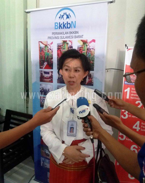 Miekie Silvia Sangian pada saat diwawancarai dikantor Perwakilan BKKBN Sulbar