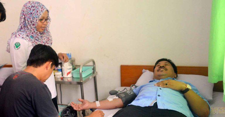 Uksin saat melakukan Donor Darah di RSUD Ako Matra
