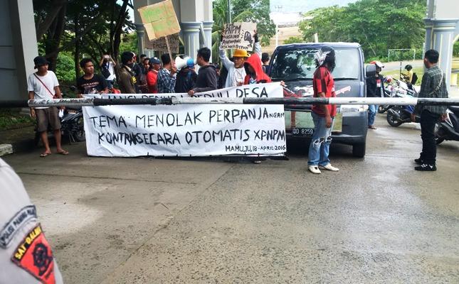 Unjukrasa di depan Kantor Gubernur Sulbar