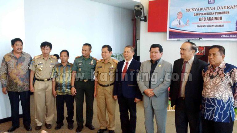 Foto bersama Komandan Kodim Mamuju M. Imran, Jamil Barambangi, Anwar Adnan Saleh bersama sejumlah pengurus Akaindo