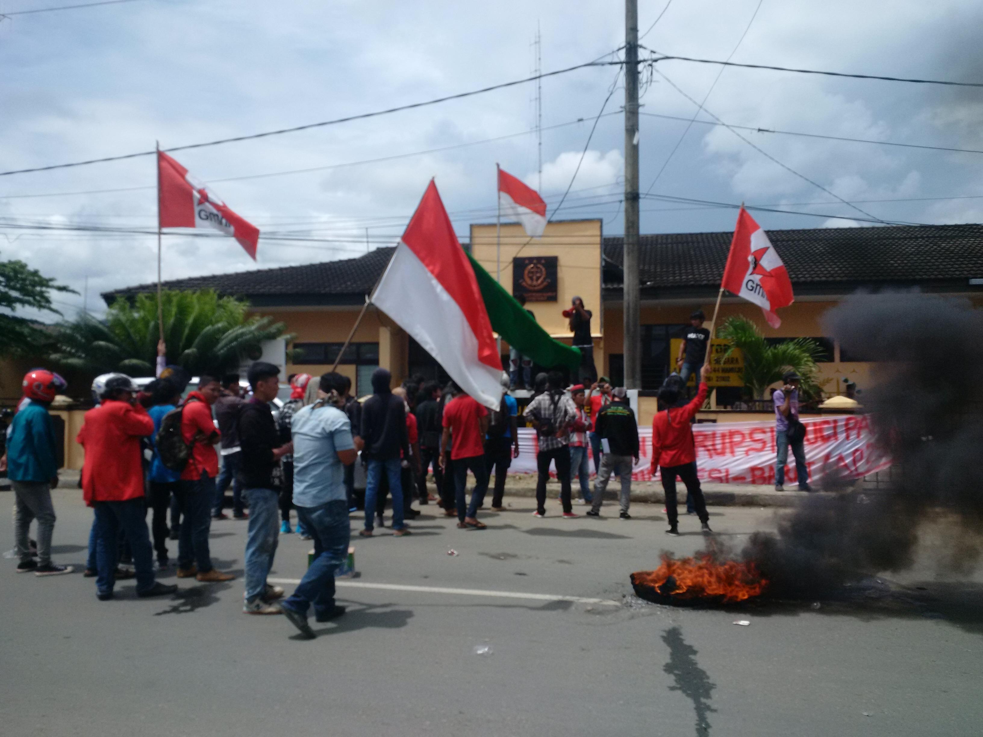Mahasiswa demo di depan Kejari Mamuju