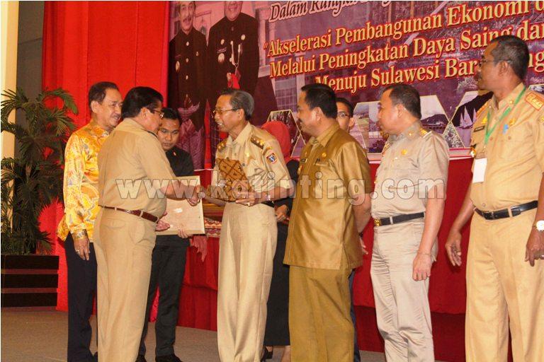 Gubernur Sulbar memberikan Anugrah Paripta kepada terbik pertama Kabupaten Polman