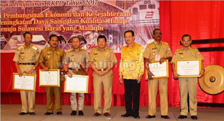 Foto Bersama Gubernur Sulbar memberikan Anugrah Paripta