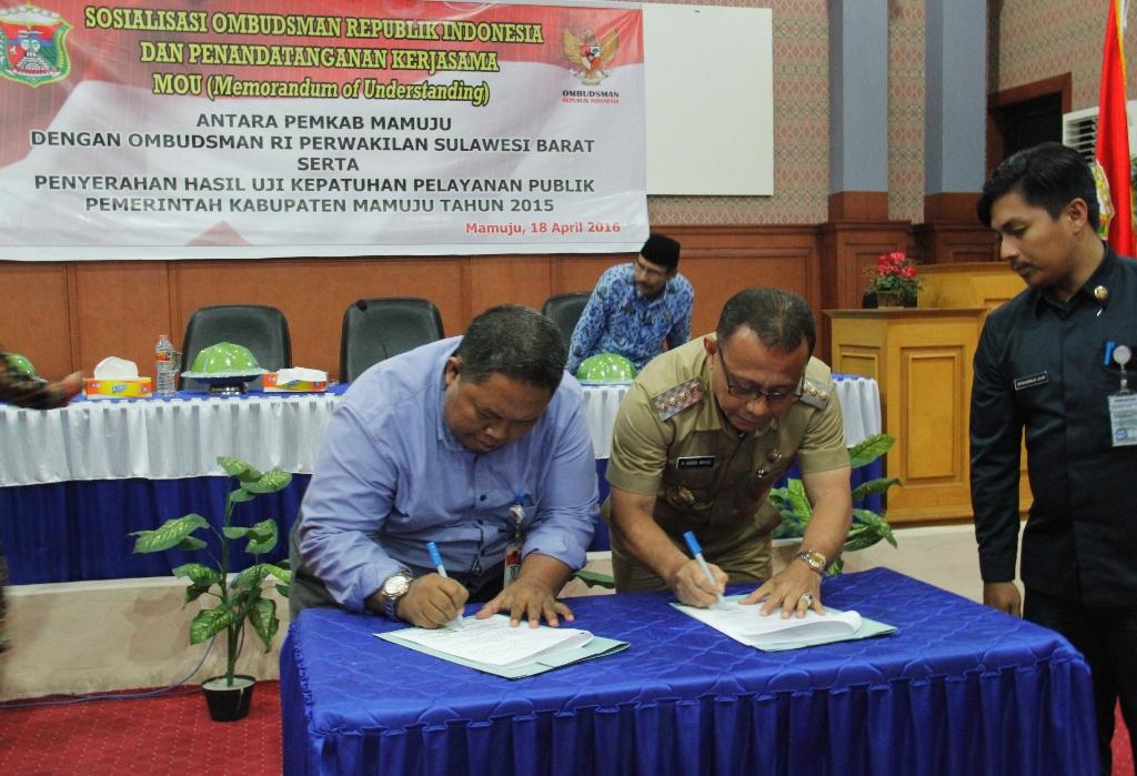 Penandatanganan MoU oleh Pihak Pemkab Mamuju dan Ombudsman Sulbar