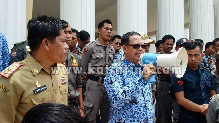 Sekprov Sulbar saat menerima pengunjukrasa di depan kantor Gubernur Sulbar