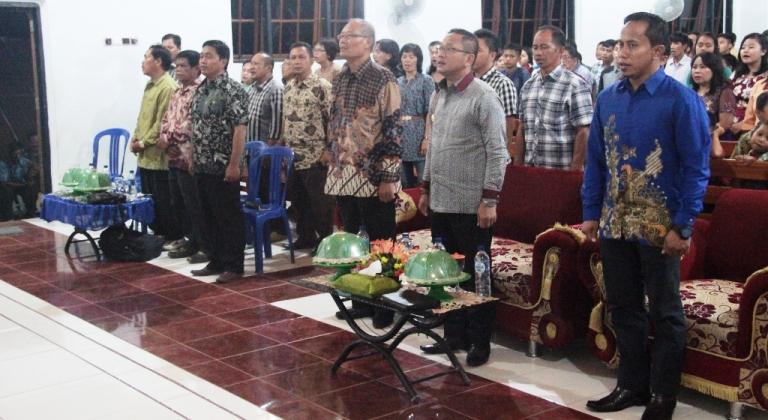 Wakil Bupati Mamuju Irwan Pababri,Pdt Abraham Bonggalangi,Lurah Kalukku Arwan S.IP serta segenap yang hadir saat menyanyikan lagu Indonesia Raya