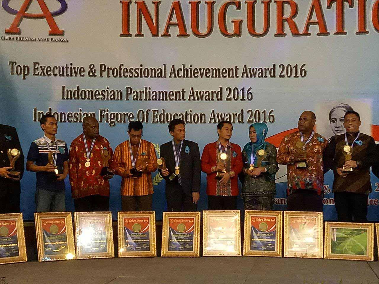 Rakhmat (Tengah) Kepala Bappeda Mamuju saat menerima penghargaan dari Lembaga API