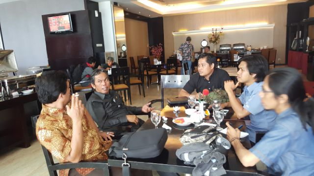 Rayu didampingi Ketua DPW Apkasindo saat wawancara dengan wartawan