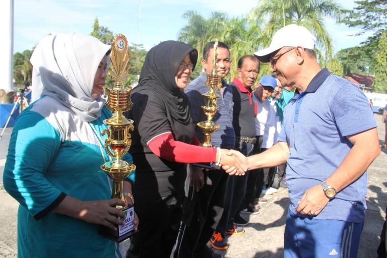 Bupati Mamuju menyerahkan penghargaan (Thropy) kepada SKPD yang memenangkan Lomba Kebersihan 100 hari Mamuju Mapaccing