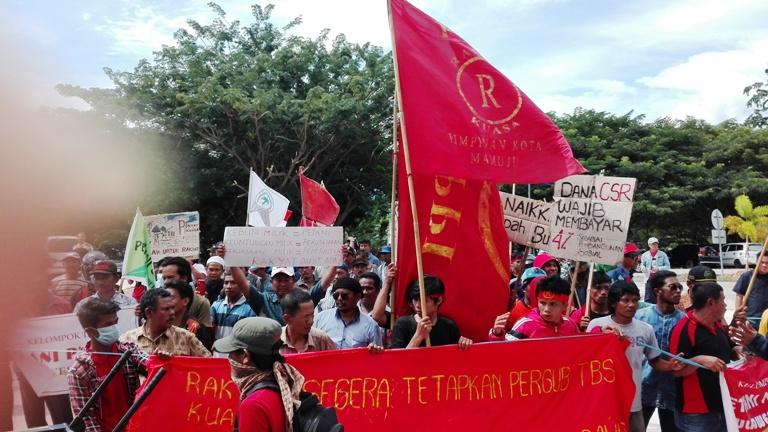 Unjukrasa Aliansi Petani Menggugat di depan kantor Gubernur Sulbar