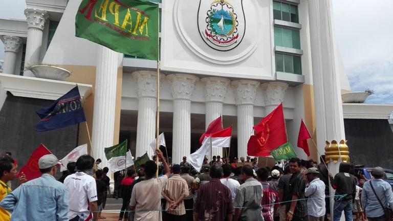 Aksi petani kelapa sawit depan kantor Gubernur Sulbar