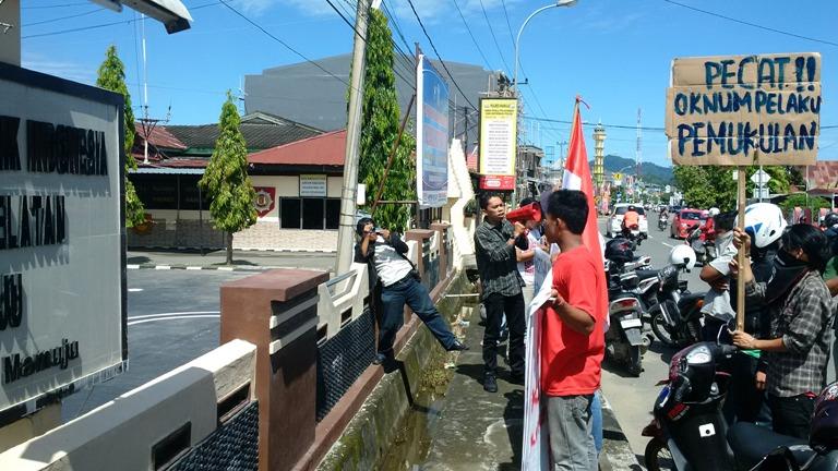 Demo Depan Mako Polres Mamuju