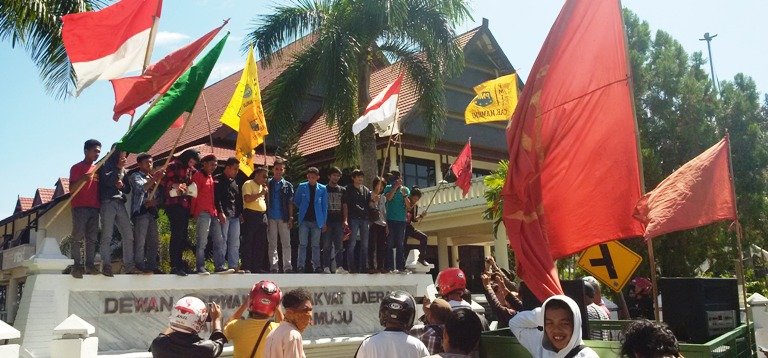 Anggota DPRD Mamuju, Bahrun Rasyid (Baju kuning) menyampaikan pernyataan sikap didepan unjukrasa di gedung DPRD Mamuju