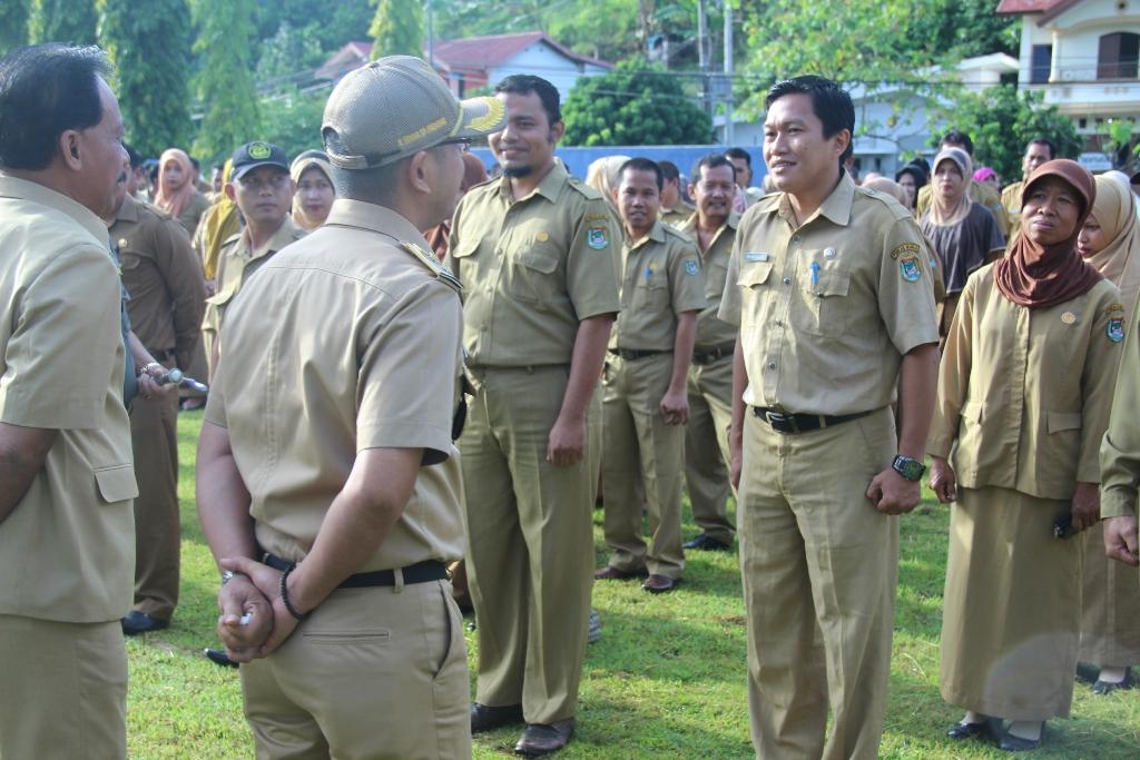 Wakil Bupati melakukan pengecekan kehadiran PNS sesaat sebelum pelaksanaan Upacara