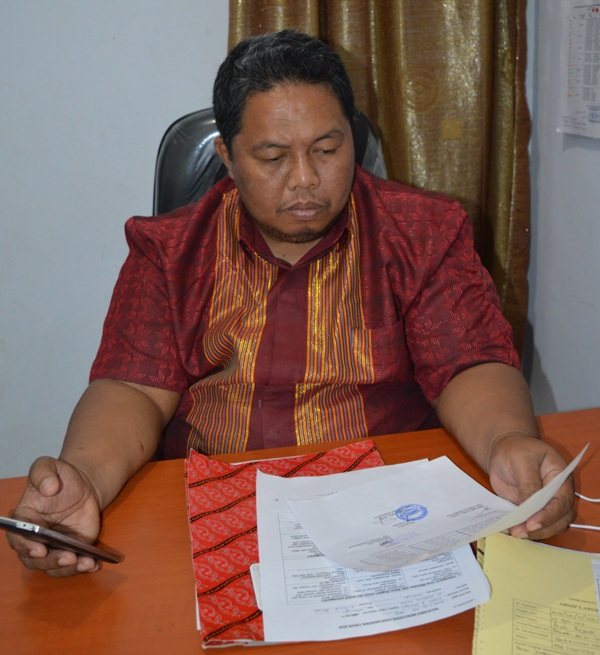 Kepala Perwakilan Ombudsman Sulbar, Memeriksa berkas laporan warga terkait penahanan ijazah karyawan