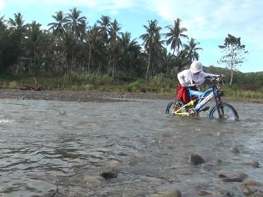 Seorang Siswa Menyerangi Sungai Dengan Mendorong Sepedanya