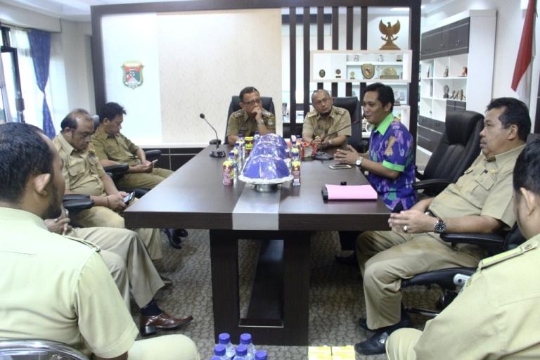 Perwakilan Unicef Sulawesi Barat Muh Zakir Akbar saat memberikan pemaparan terkait Bantuan Perangkat Komputer yang diberikan kepada Tiga Desa di Mamuju
