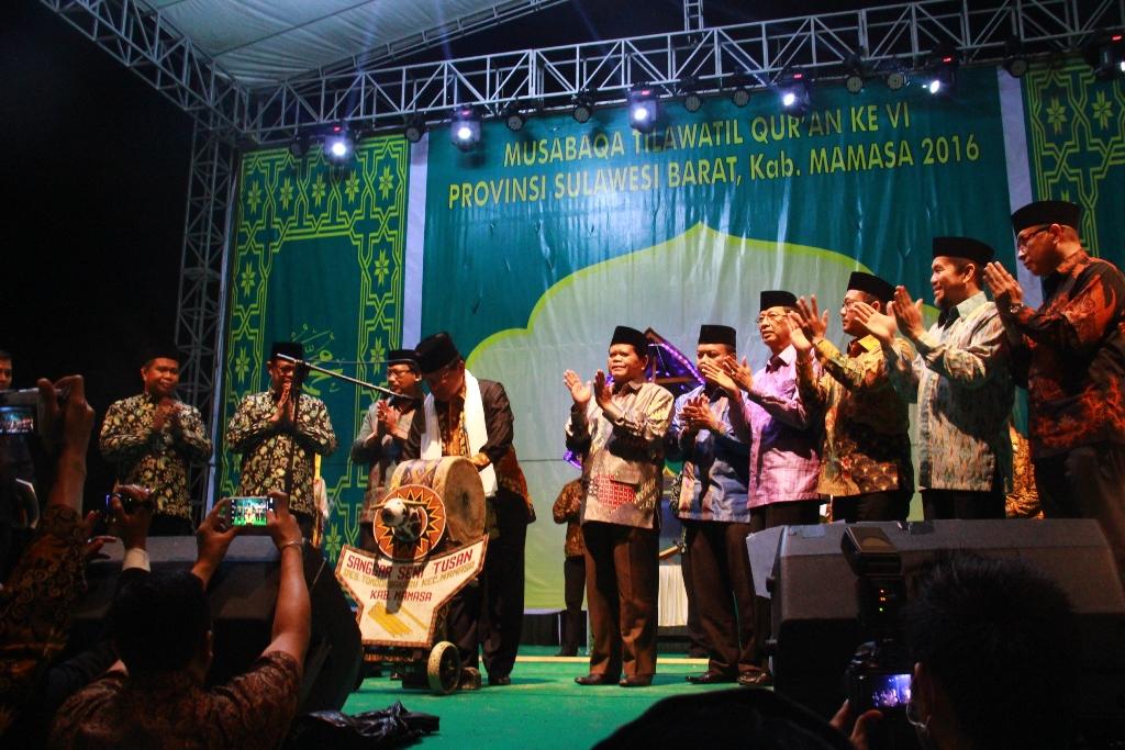 Gubernur Sulbar didampingi para Bupati dan SKPD memukul Gong tanda dibukanya secara resmi MTQ Sulbar