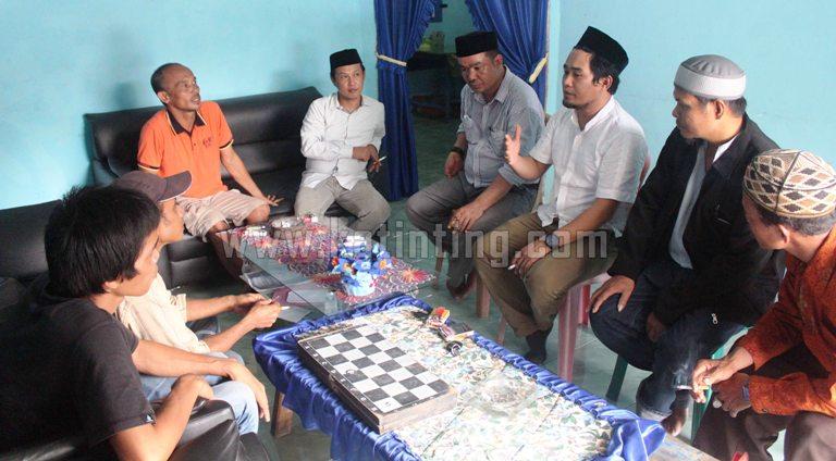 Wakil ketua DPW PKB Sulbar bincang bersama dengan Kades Keang