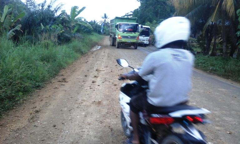 Jalan yang rusak oleh aktifitas tambang batu gajah di Desa Lariang