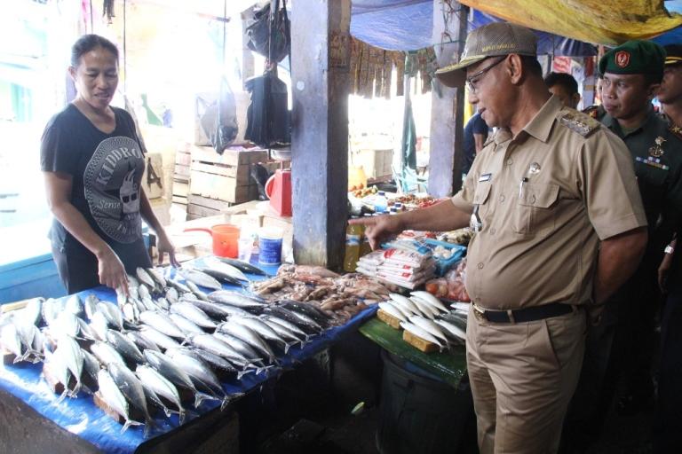 Bupati Mamuju Berbincang dengan pedagang ikan di pasar Sentral Mamuju