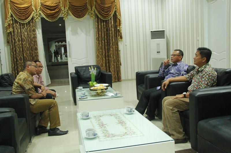 Bupati dan Wakil Bupati mamuju berbincang dengan Kapolres mamuju dan Ketua Gerakan Sehat dan Cerdas (GSC)