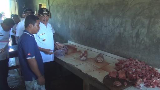 Wabup Matra saat memantau harga daging sapi