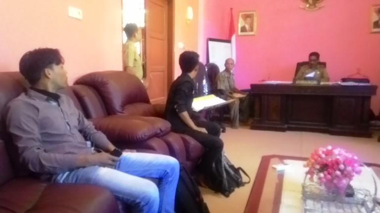 Mahasiswa saat menghadap Kadisdikpora Matra meminta kejalasan pembayaran asrama
