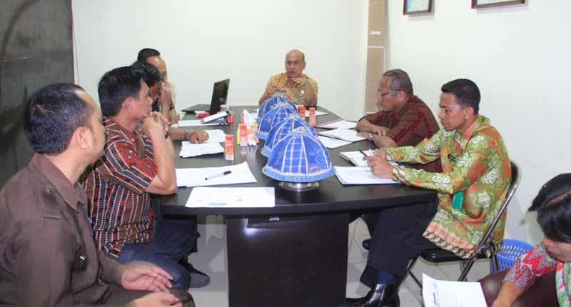 Asisten II Pemkab Mamuju saat memimpin rapat rencana pemberangkatan jamaah calon haji