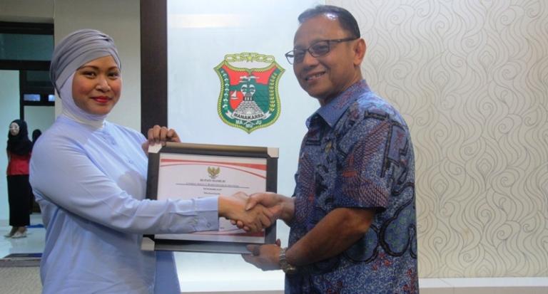Bupati menyerahkan piagam penghargaan kepad pihak PTTEP