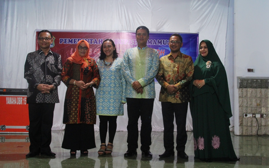 Foto bersama, Bupati Mamuju (Kiri), Eko Wagiyanto (Tenga) dan Iwan Pababari (Kanan) bersama para istri