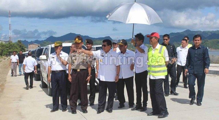 Gubernur Sulbar bersama Waka Polda Sulbar saat memantau jalan arteri