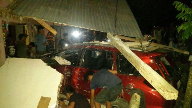 Mobil yang seruduk rumah warga