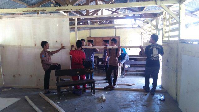 Siswa bersama guru membangun RKB