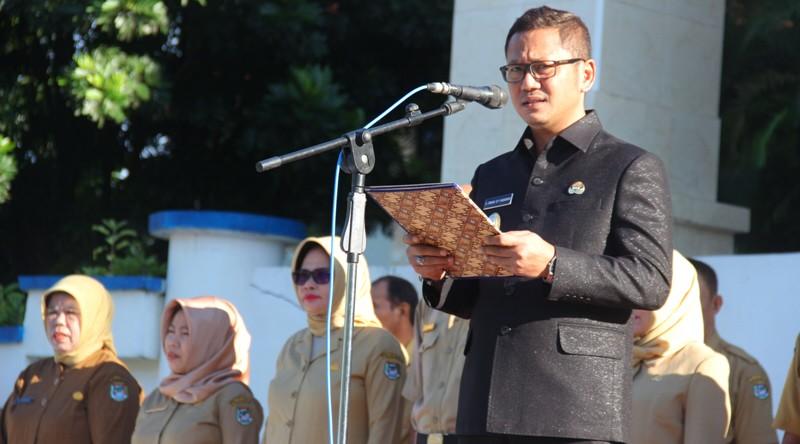 Wakil Bupati saat menjadi inspektur upacara