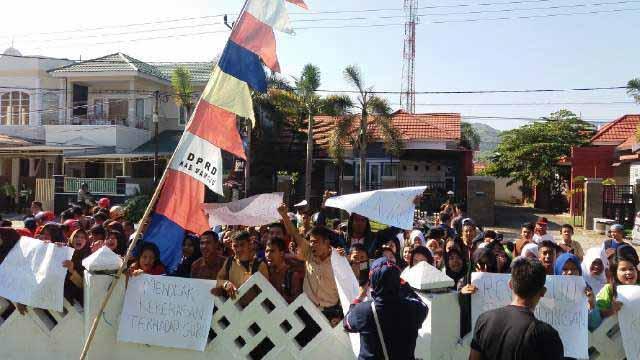 Guru dan Siswa yang Demo di depan Gedung DPRD Mamuju