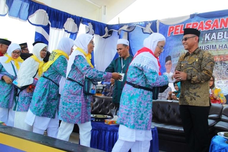Bupati Mamuju bersalaman dengan jamaah calon haji sebelum berangkat