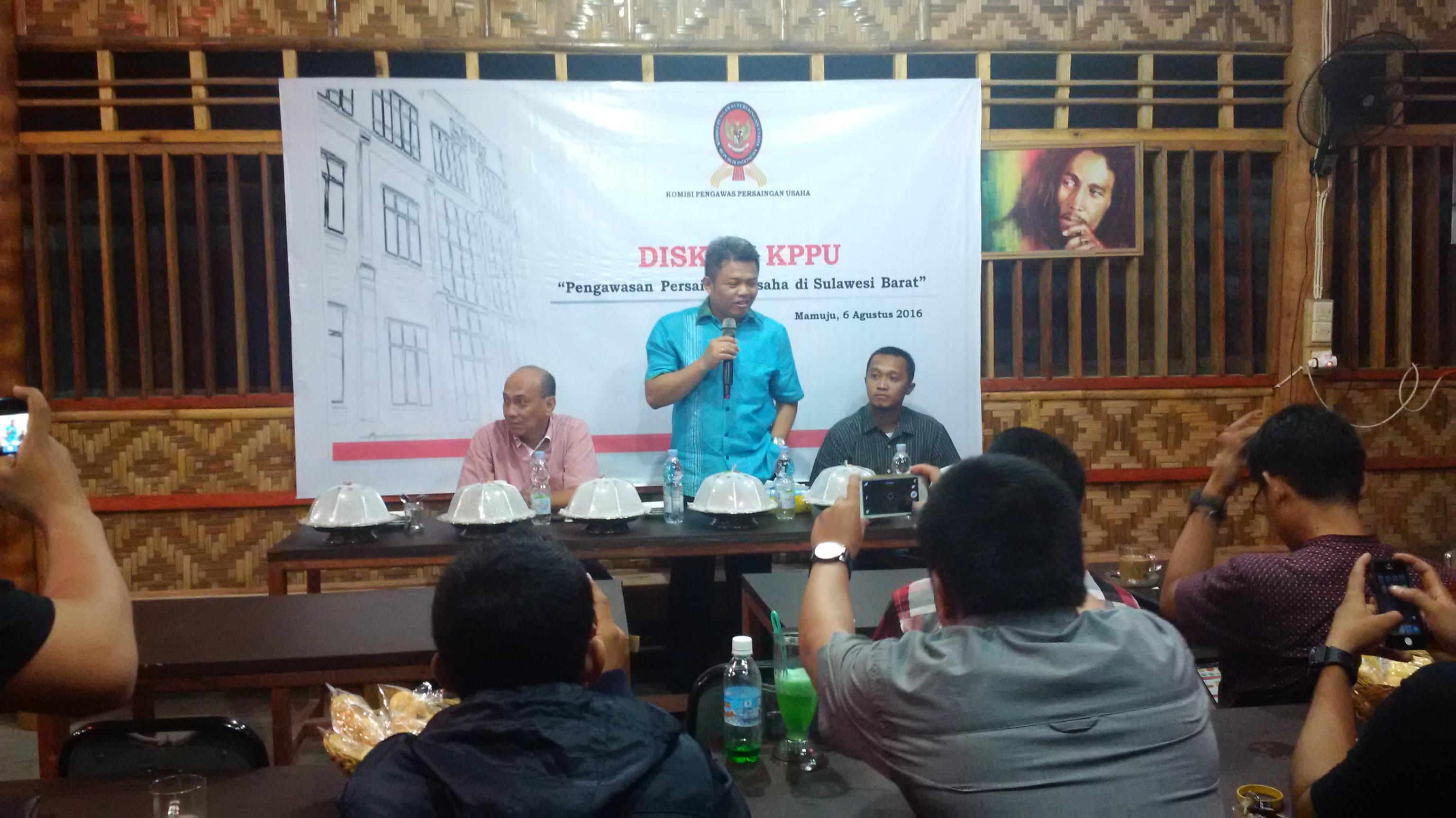 Syarkawi Rauf (tengah) saat memberikan penjelasan tentang KPPU