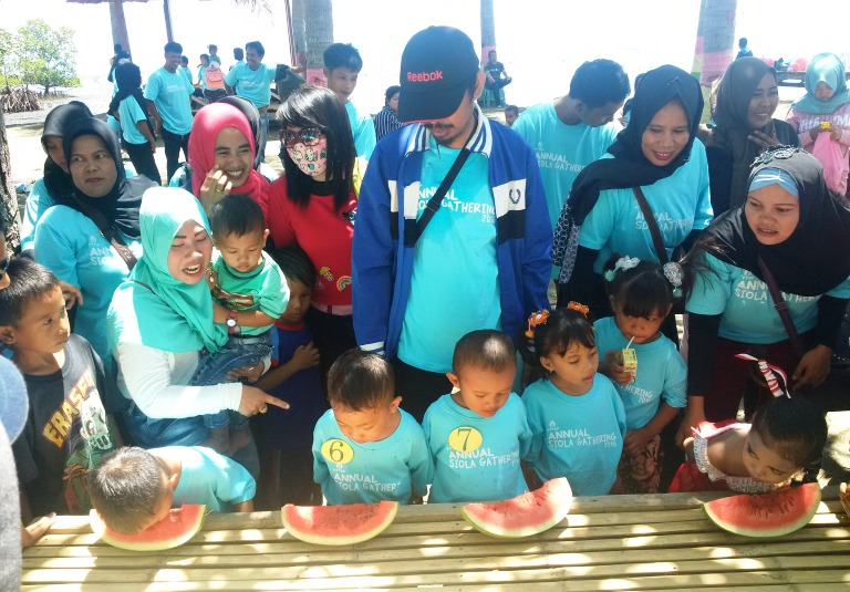 Lomba makan semangka