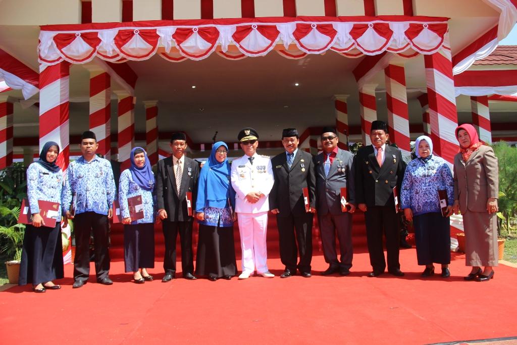 Foto bersama Bupati bersama para penerima Satyalancana