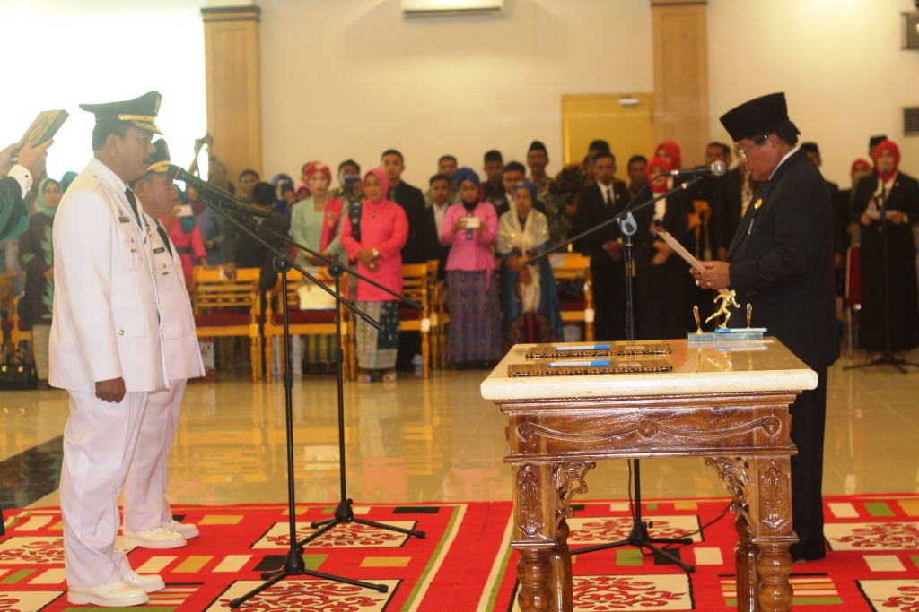 Gubernur Sulbar saat melantikan pasangan Bupati dan Wakil Bupati Majene
