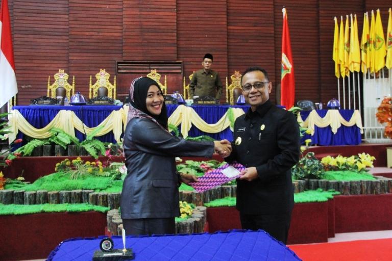Ketua DPRD dan Bupati Mamuju bersalam usai penanda tanganan