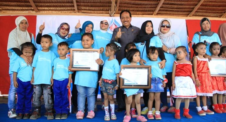 Foto Bersama Sekda Mamuju, Perwakilan PTTEP, Yayasan Karampuang, Guru dan anak didik SIOLA
