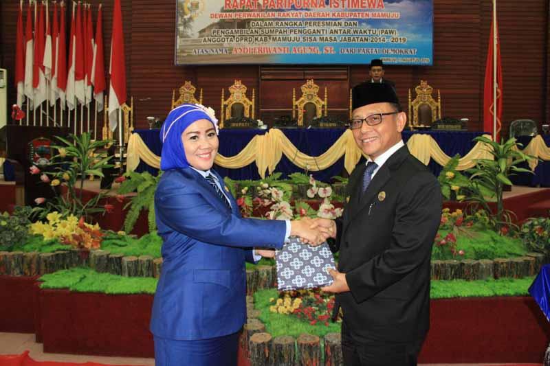 Ketua DPRD Mamuju (kiri) menerima LPJ Bupati Mamuju