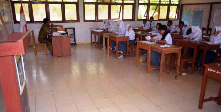 Siswa SMAN Bulutaba yang sedang belajar