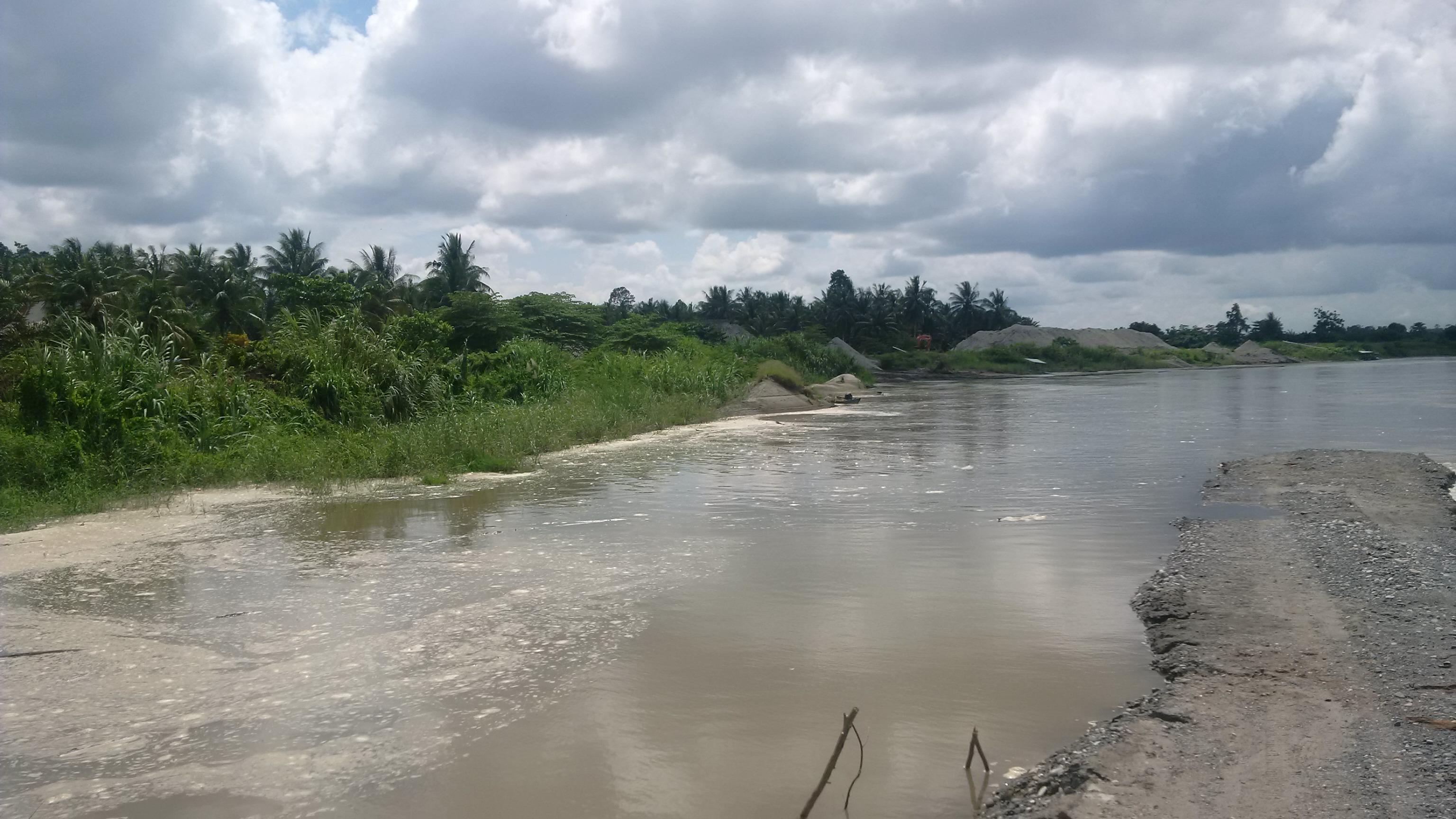 Tanggul sungat lariang yang telahh ambruk ditelan sungai