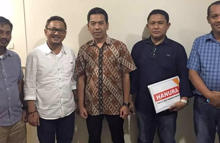 Foto bersama Ketua DPW Partai Hanura Sulbar, Irwan SP Pababari (baju putih) dari Wakil Sekjend Tim Pilkada Pusat DPP Hanura Sarbini