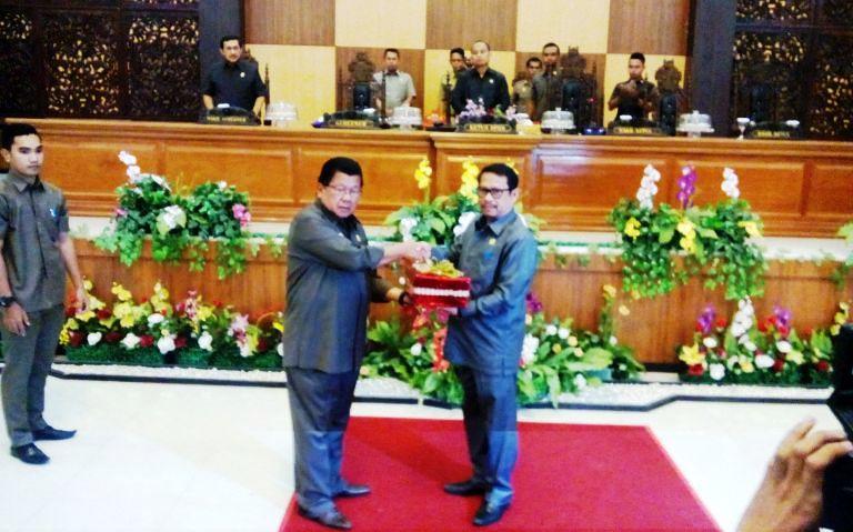 Gubernur Sulbar menyerahkan 3 Dokumen ke Pimpinan DPRD Sulbar
