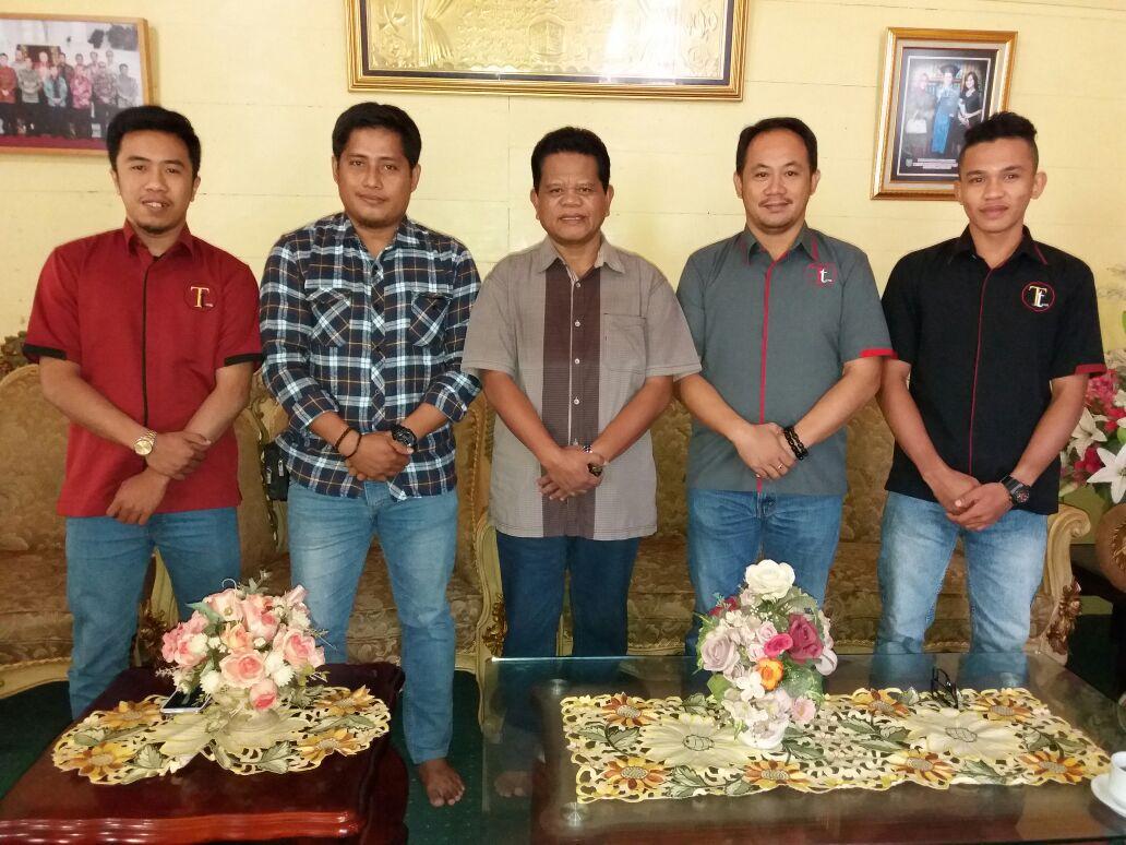 Bupati Mamasa (tengah) bersama redaksi Katinting.com dan Transtipo.com