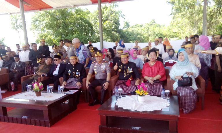 Gubernur Sulbar mengacungkan jempol di acara HUT Sulbar Ke 12